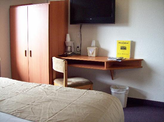 Microtel Inn &amp; Suites by Wyndham Salt Lake City Airport: small desk for a small room
