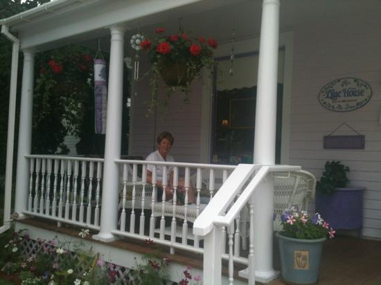 Lilac House Bed and Breakfast: breakfast on the front porch