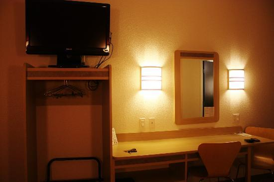 Motel 6 Missoula: Table/TV/Open closet