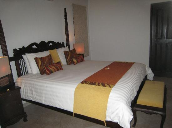 Dolphin Beach Apartments: Comfortable king bed