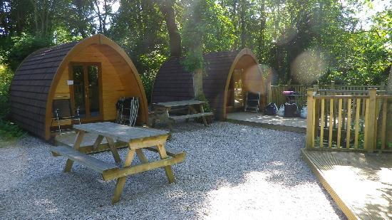 Bryn Dwr Pods and B&amp;B: pods and picnic tables