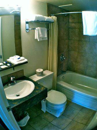Eastglen Inn: Bathroom