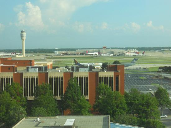 Hilton Atlanta Airport: Vista del aeropuerto de Atlanta desde el hotel
