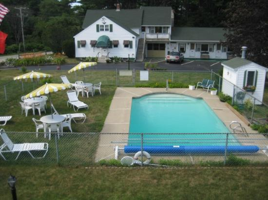 The Beaches Motel & Cottages: View of the pool