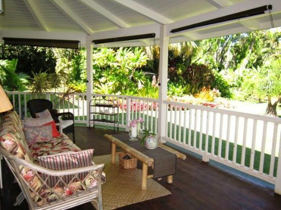 Windward Garden B&B: Porch overlooking the gardens