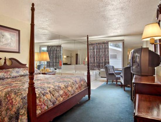 Super 8 Sturgeon Bay: Jacuzzi Suite