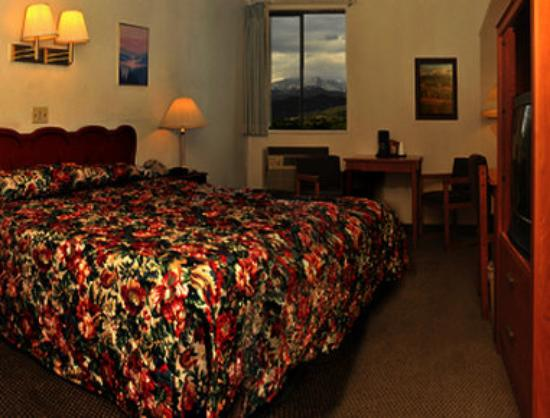 Super 8 Garden of  the Gods: Guest Room