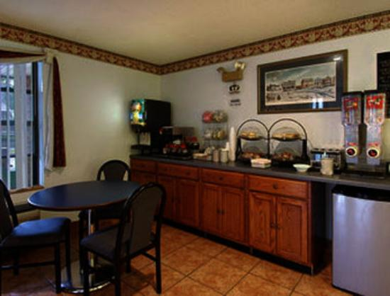 Super 8 Motel Lee / Berkshires / Outlet Area: Breakfast Area