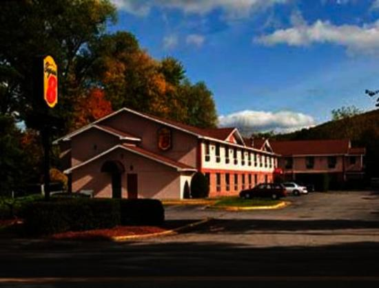 Brattleboro Super 8: Welcome to the Super 8 Brattleboro