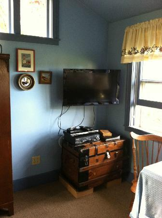Country Cottage of Langley: Flat screen tv & DVD/VCR... for roughing it!