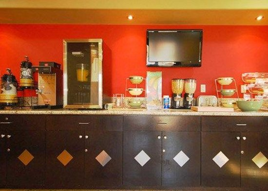 Quality Inn & Suites Near Knott's Berry Farm: Breakfast Bar