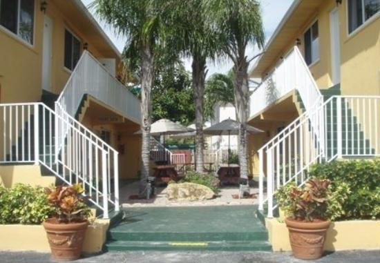 The Waves Apartments & Resort: Enterance