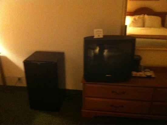 Holiday Inn Express Elizabeth City: Small outdated TV, fridge, no microwave