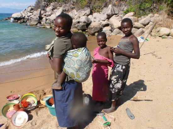 Kaya Mawa: Locals washing the dishes