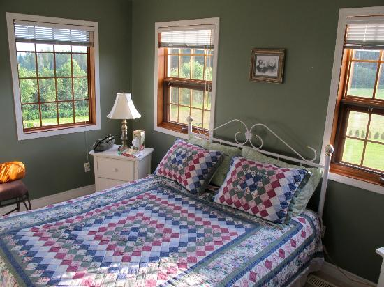Schubert Estate Bed & Breakfast: This was my comfortable corner room