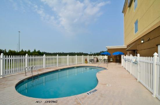 BEST WESTERN PLUS Brunswick Inn & Suites: Outdoor Swimming Pool