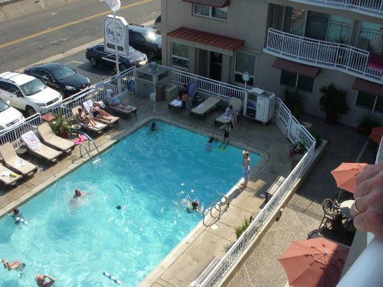 Montreal Inn: View of pool from our 4th floor room