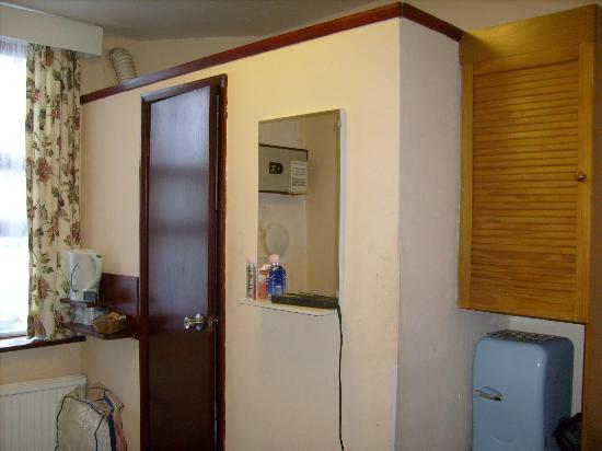 Holly House Hotel: Room, with bathroom in the cupboard