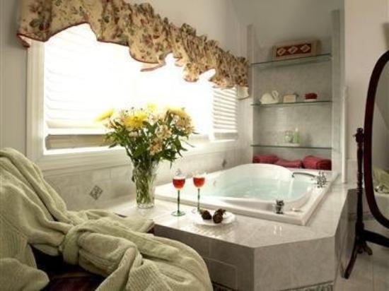Whistling Swan Inn: High Point Jacuzzi tub