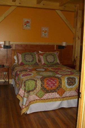 Robert Frost Mountain Cabins: Cabin 1 - Peak Perspective: Bedroom with Queen Size Bed