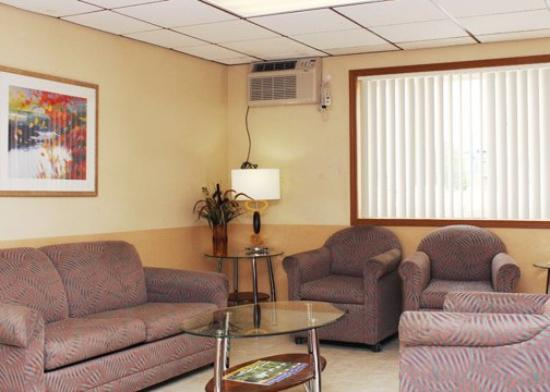 Econo Lodge: Lobby Seating