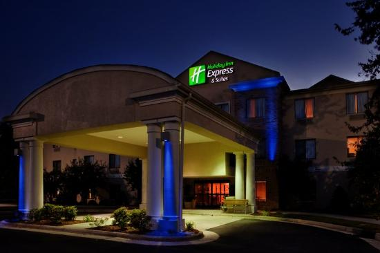 Holiday Inn Express Hotel &amp; Suites Kinston: Hotel Exterior Night