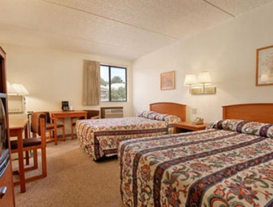 Super 8 Garden of  the Gods: Two Double Bed Room