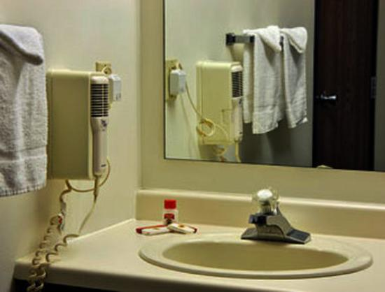 Super 8 Sturgeon Bay: Bathroom