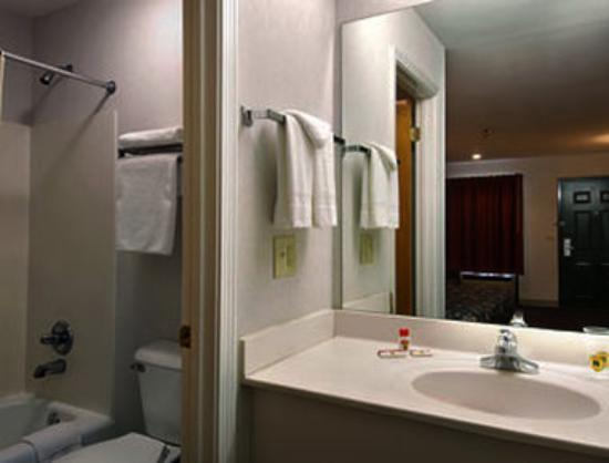 Super 8 Acworth / Atlanta Area: Bathroom