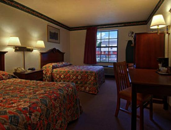 Super 8 Motel Lee / Berkshires / Outlet Area: Standard Two Double Bed Room