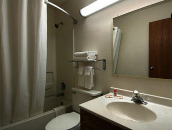 Super 8 Martinsburg: Bathroom