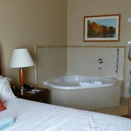 Hilton Garden Inn Riverhead: Your basic room with a big jacuzzi