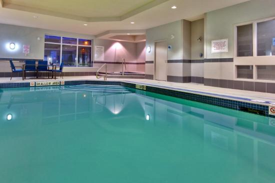 Holiday Inn Express Hotel &amp; Suites Newmarket: Swimming Pool