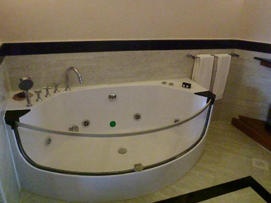 Ocean Beach Resort & Spa: Tub