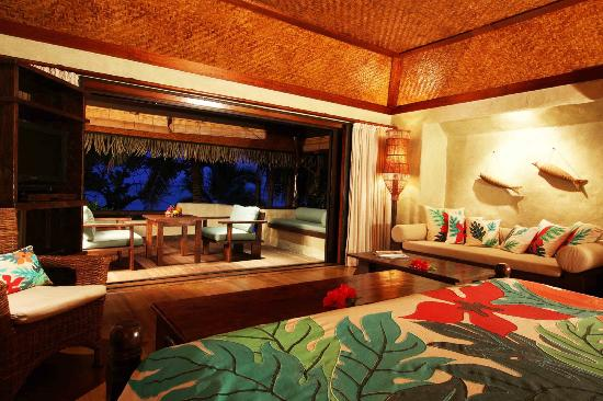 Pacific-Resort-Aitutaki---Beachfront-Bungalow-interior