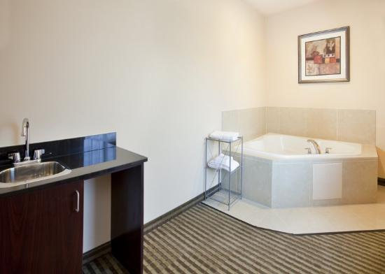 Holiday Inn Express Hotel & Suites Guthrie-North Edmond: Jacuzzi Suite