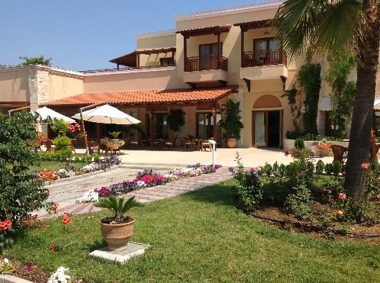 Aegean Melathron Hotel: Flowers everywhere