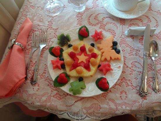 Apple Blossom Inn: Gorgeous fruit platter