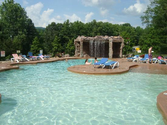 White Oak Lodge & Resort: Pool waterfall