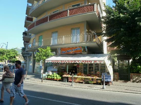 Hotel Tirrenia: Mini mart across from hotel