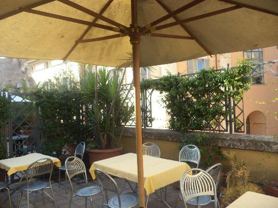 Hotel Portoghesi: The terrace where breakfast is served