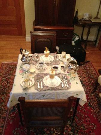 Albion Manor Bed and Breakfast: Best hosts EVAR - this is the table they set up for us when we requested breakfast in our room