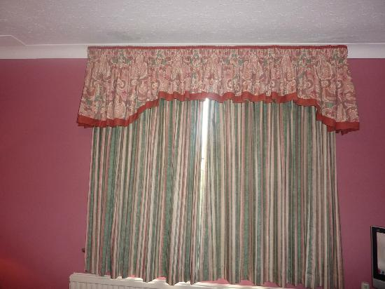Egerton House Hotel: nice curtain and pelmit combo - £125 per night!