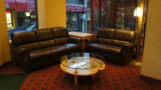 Grant Plaza Hotel: Couches at the lobby