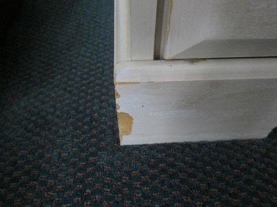Fenwick Inn: All furniture is chipped...