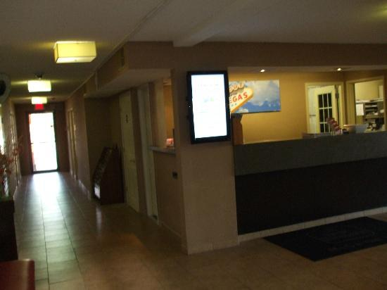 BEST WESTERN McCarran Inn: Lobby and Front Desk