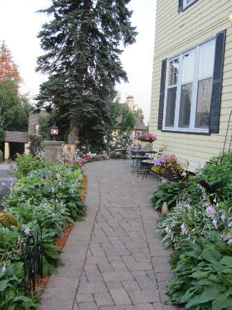 A G Thomson House Bed and Breakfast: Sidewalk going from parking area to front