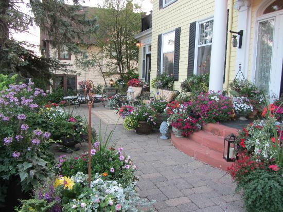 A G Thomson House Bed and Breakfast: Front porch