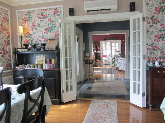 A G Thomson House Bed and Breakfast: View from dining room thru foyer