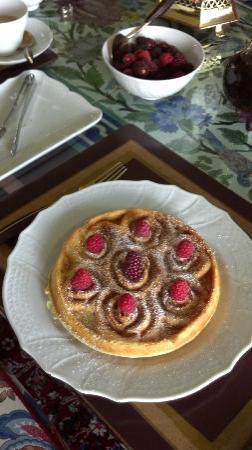 Belle Vue Bed and Breakfast: Too Lovely to eat waffle, with berries, whipped cream and syrups